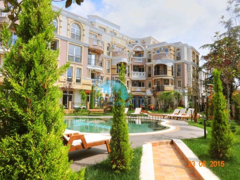 Просторная квартира с видом на парк в элитном комплексе в Равде