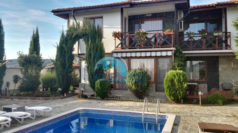 Добротный дом для постоянного проживания в местности Кошарица вблизи города Несебр
