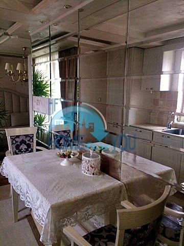 Меблированная светлая квартира с двумя спальнями в жилом доме Вилла Кастория в Равде 3