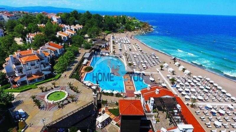 Меблированный двухкомнатный апартамент с видом на море и высоким потолком в элитном комплексе Oasis Resort & Spa, Лозенец