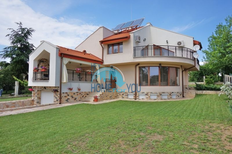 Новый трехэтажный дом с видом на море и на горы недалеко от Варна.
