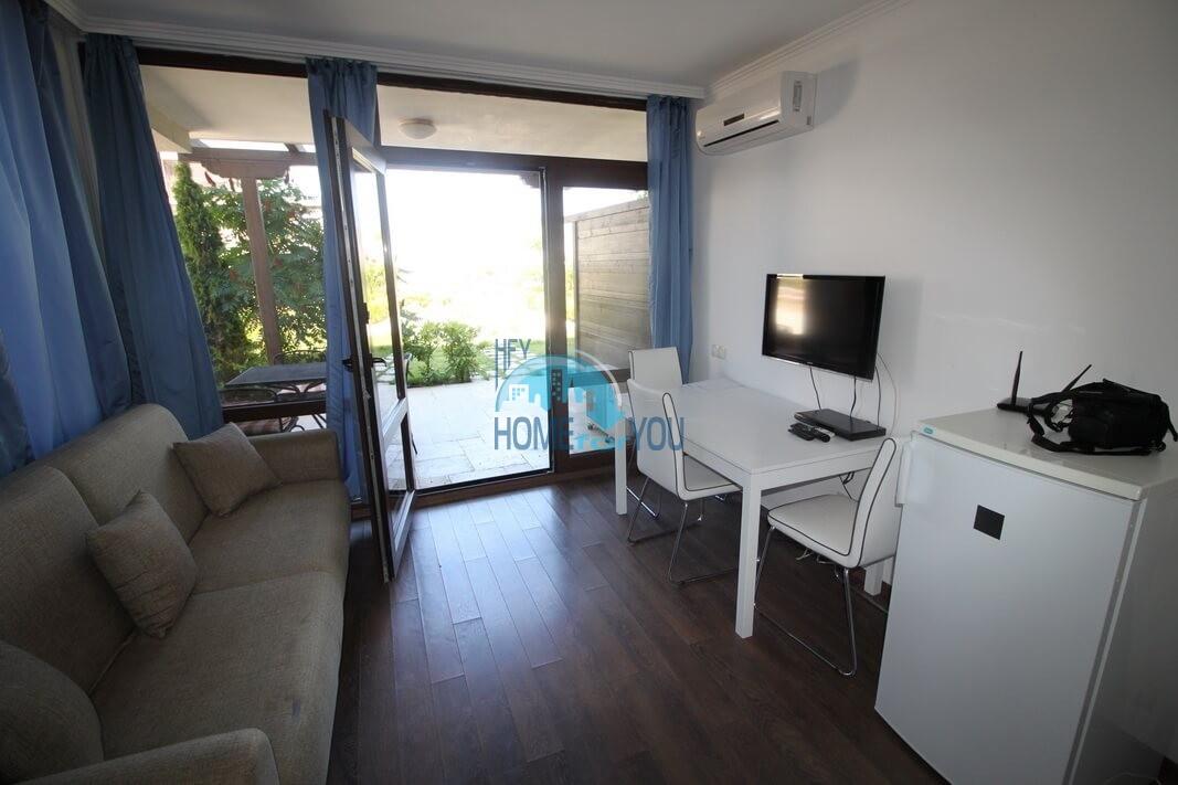 Отличная двухкомнатная квартира на первой линии моря, с личным двориком в Созополе