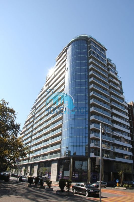 Отличная трехспальная квартира с видом на море в современном жилом здании у моря в Бургасе
