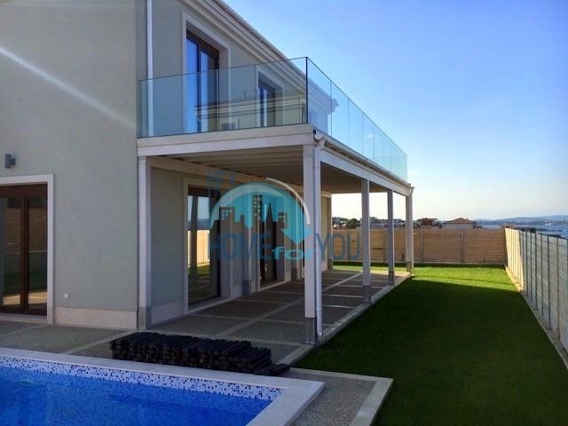 Потрясающая двухэтажная вилла с озелененным участком вблизи моря, местность Тарфа в Лозенце
