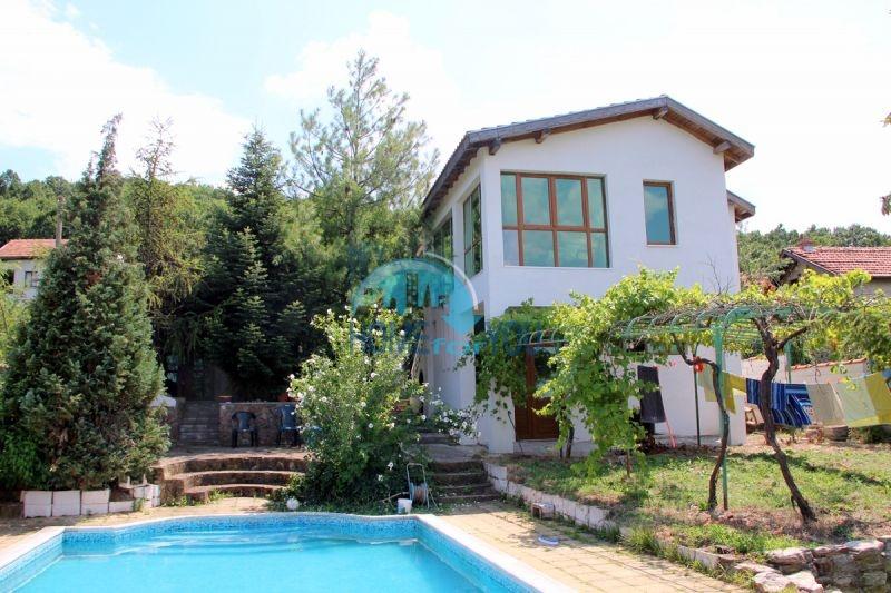 Прекрасный двухэтажный дом с участком и бассейном недалеко от море в парк Росенец