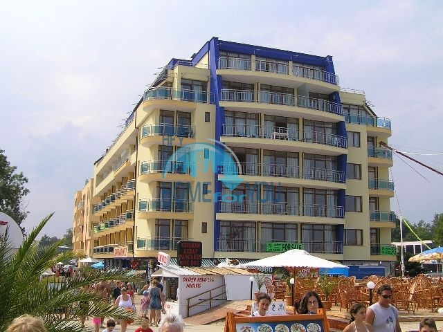 Трехкомнатная квартира с видом на море на первой линии на Солнечном берегу