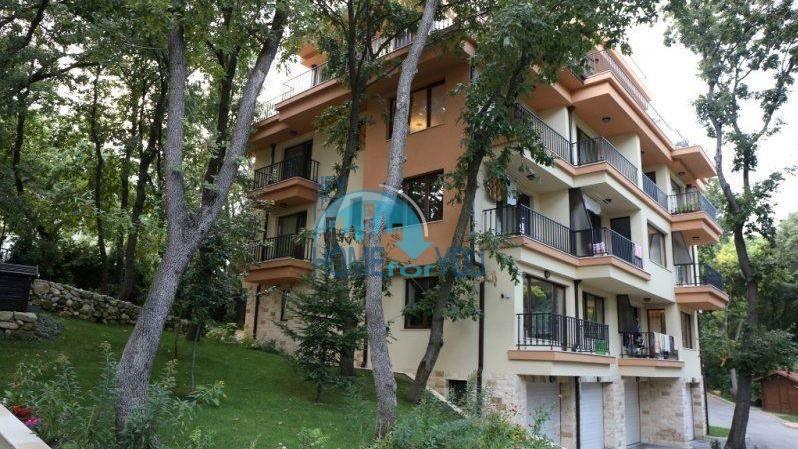 Трехкомнатная квартира с видом на море в жилом доме в городе Варна 3