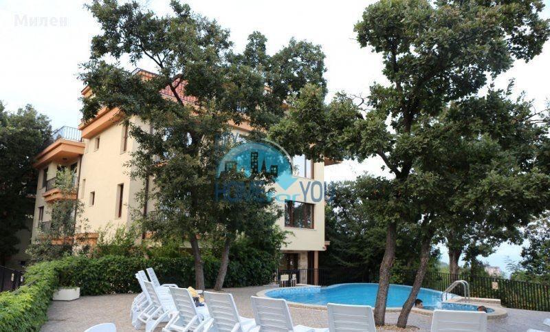 Трехкомнатная квартира с видом на море в жилом доме в городе Варна