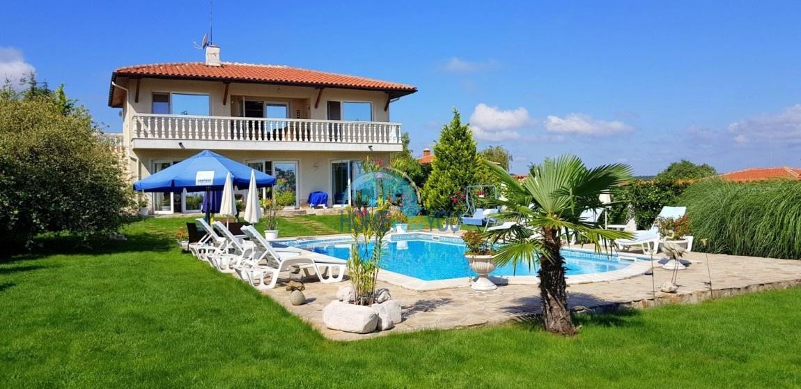 Уникальный двухэтажный дом с роскошным ландшафтом и огромным бассейном, семейный курорт Лозенец