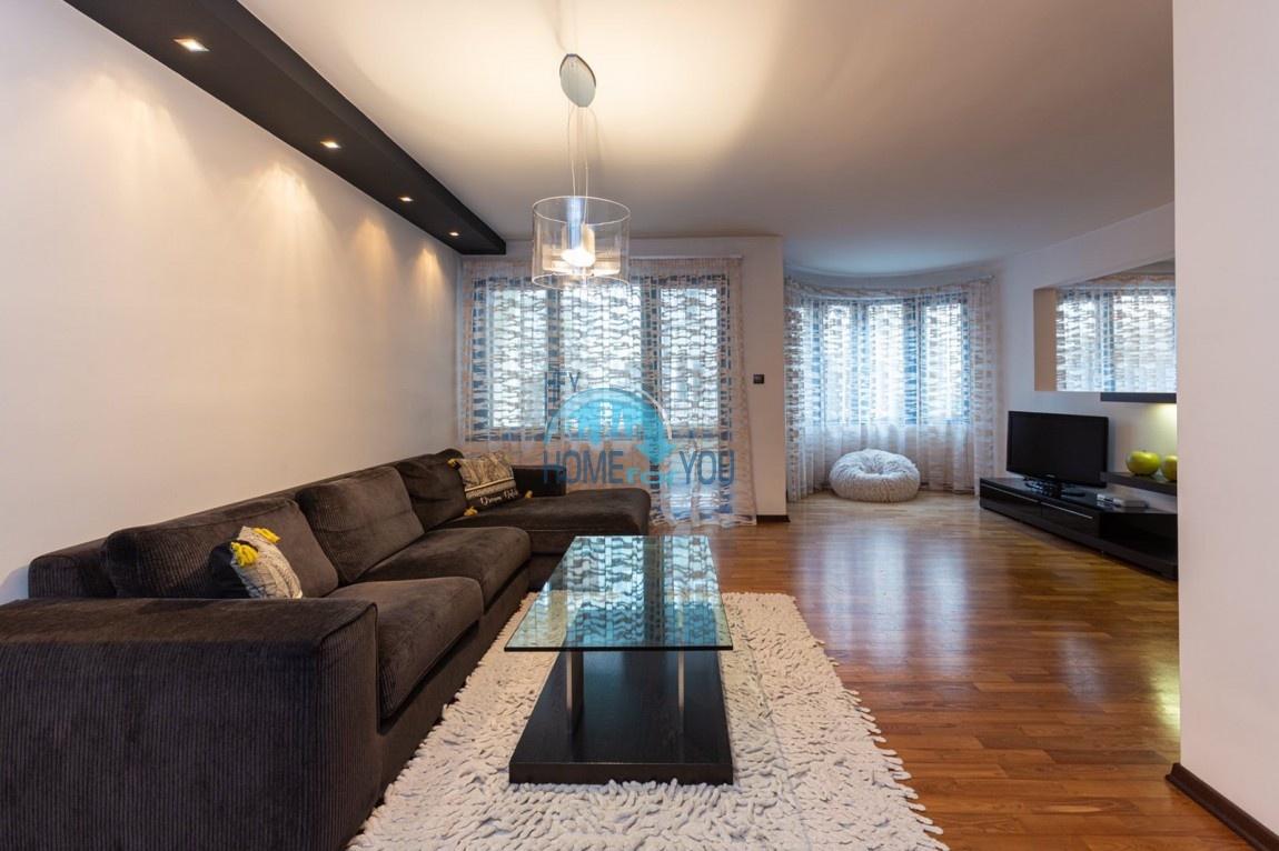 Бургас, центр. Шикарная трехкомнатная квартира 150 кв.м с итальянской мебелью