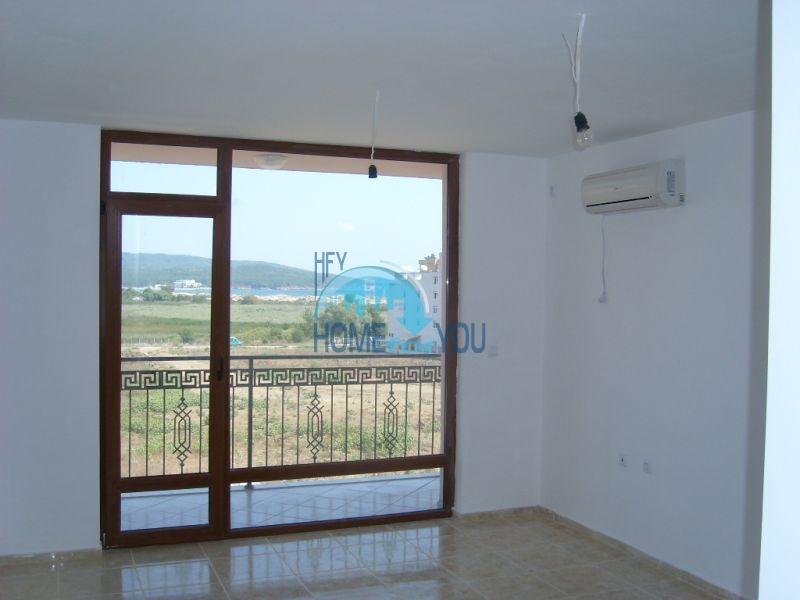 Жилой комплекс предлагает квартиры по доступным ценам с видом на море в Приморско 8