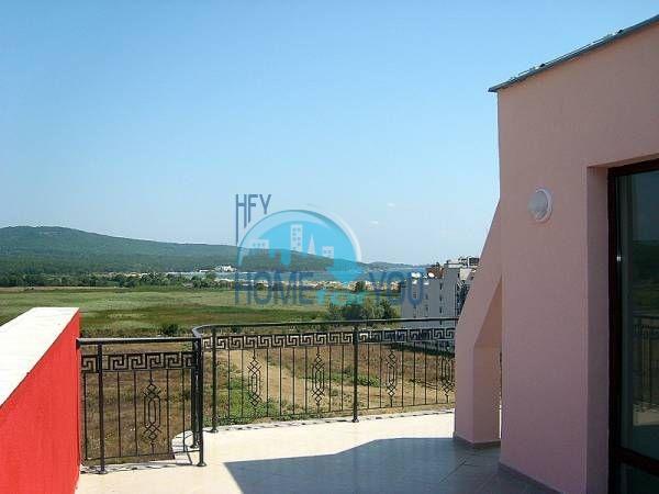 Жилой комплекс предлагает квартиры по доступным ценам с видом на море в Приморско 9