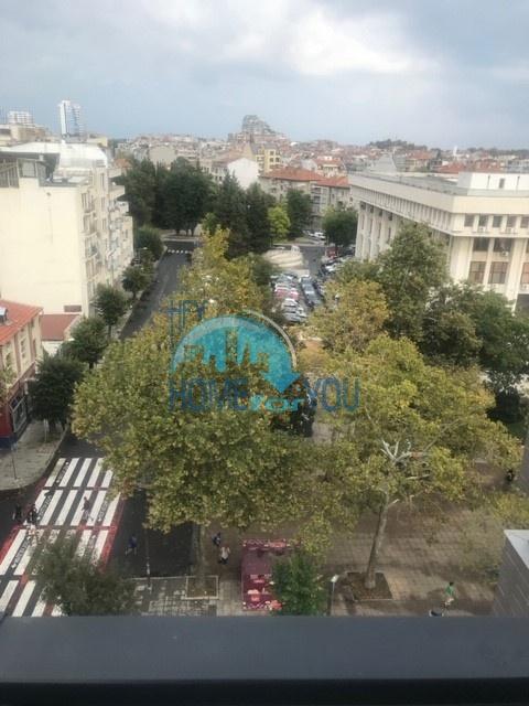 Меблированная трехкомнатная квартира в центре крупного города Бургас