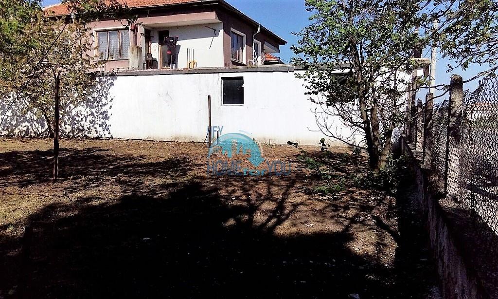 Добротный дом с большим участком земли 3