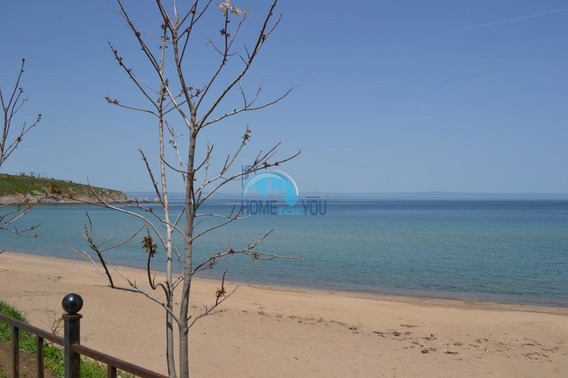 Большая студия с прямым видом на море на пляже в Черноморце 3