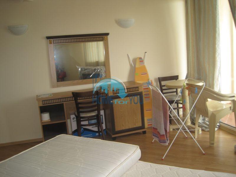 Двухкомнатная квартира на первой линии в комплексе Атриум, Елените 14