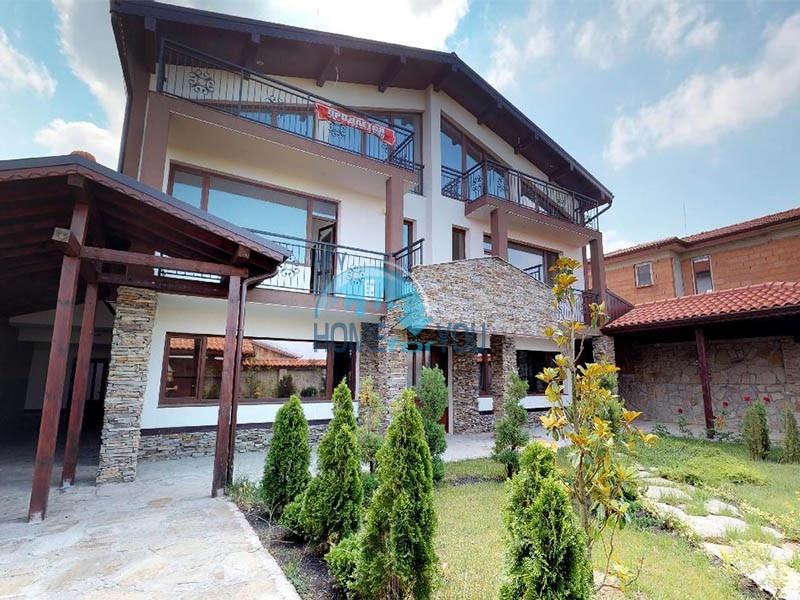 Новый, просторный трехэтажный дом в Кошарице