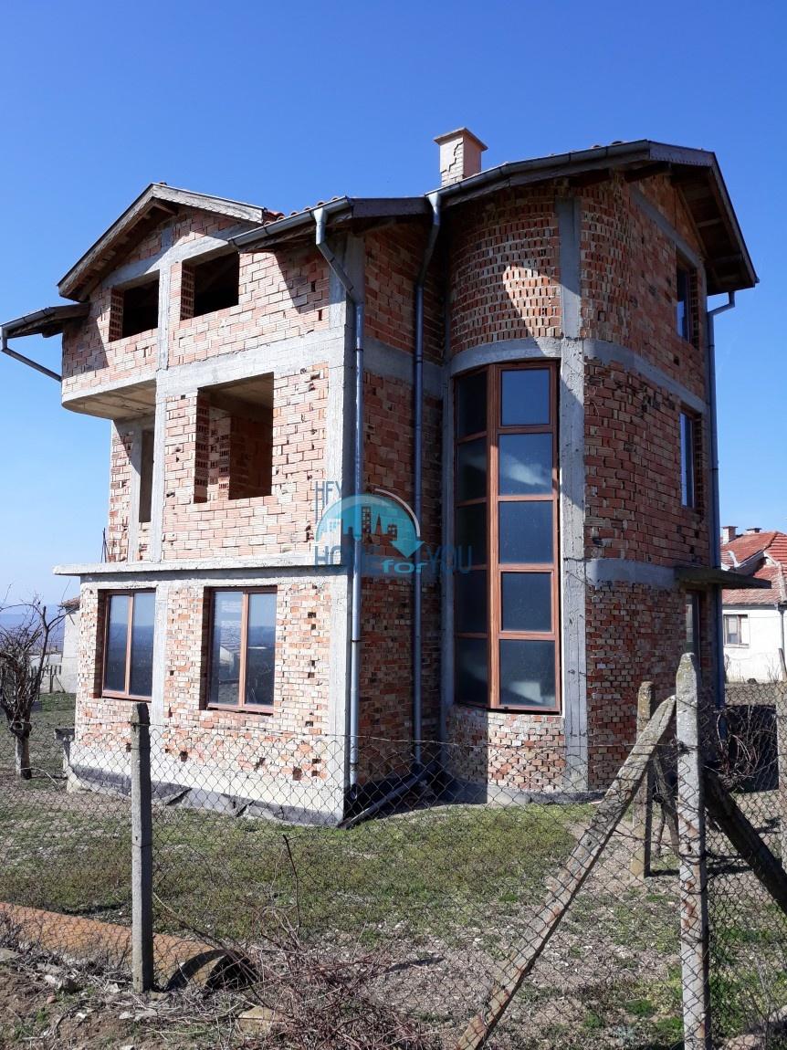 Просторный трехэтажный дом в деревне Кошарица