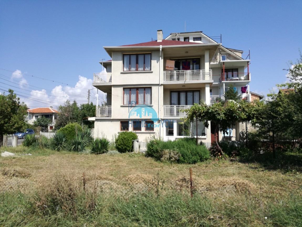 Трехэтажный дом с большим участком земли на продажу в Кранево