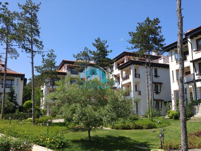 Прекрасный двухкомнатный апартамент со своим садом у моря в элитном комплексе Оазис Резорт и Спа, Лозенец