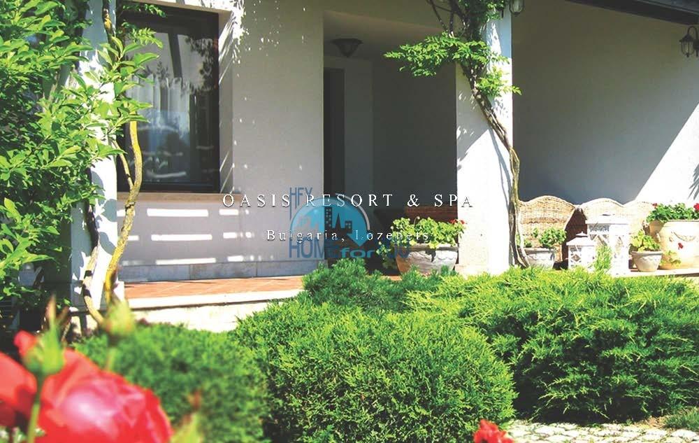 Прекрасный трехкомнатный апартамент на первой линии моря с просторной террасой в превосходном саду самого элитного комплекса Болгарии-