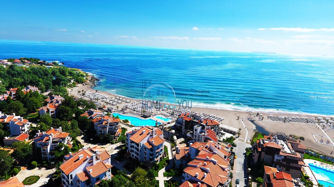 Просторный и светлый двухкомнатный апартамент с видом на море и высоким потолком в элитном комплексе Oasis Resort & Spa, Лозенец