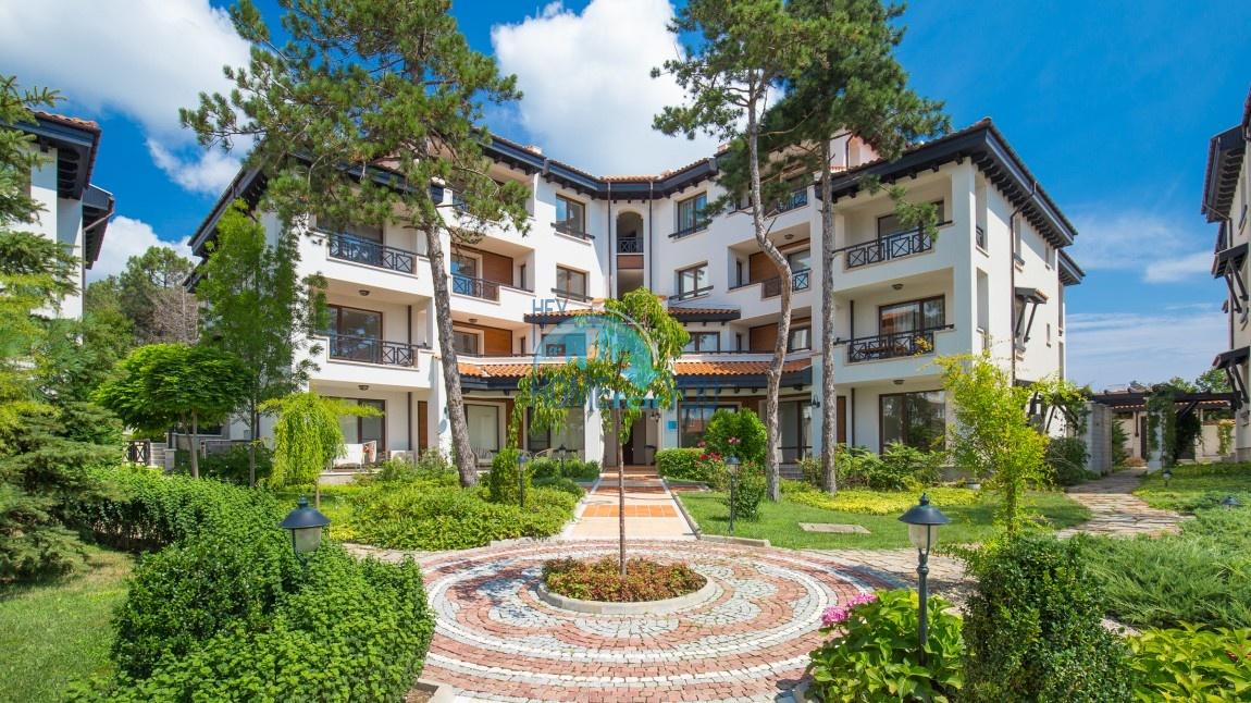 Просторный трехкомнатный апартамент с высоким потолком и видом на сады в элитном Оазис Резорт и Спа, Лозенец