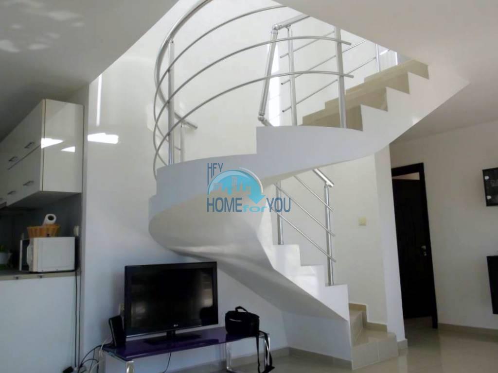Двухуровневый меблированный апартамент по выгодной цене в престижном жилом доме, квартал Черное море, город-музей Несебр