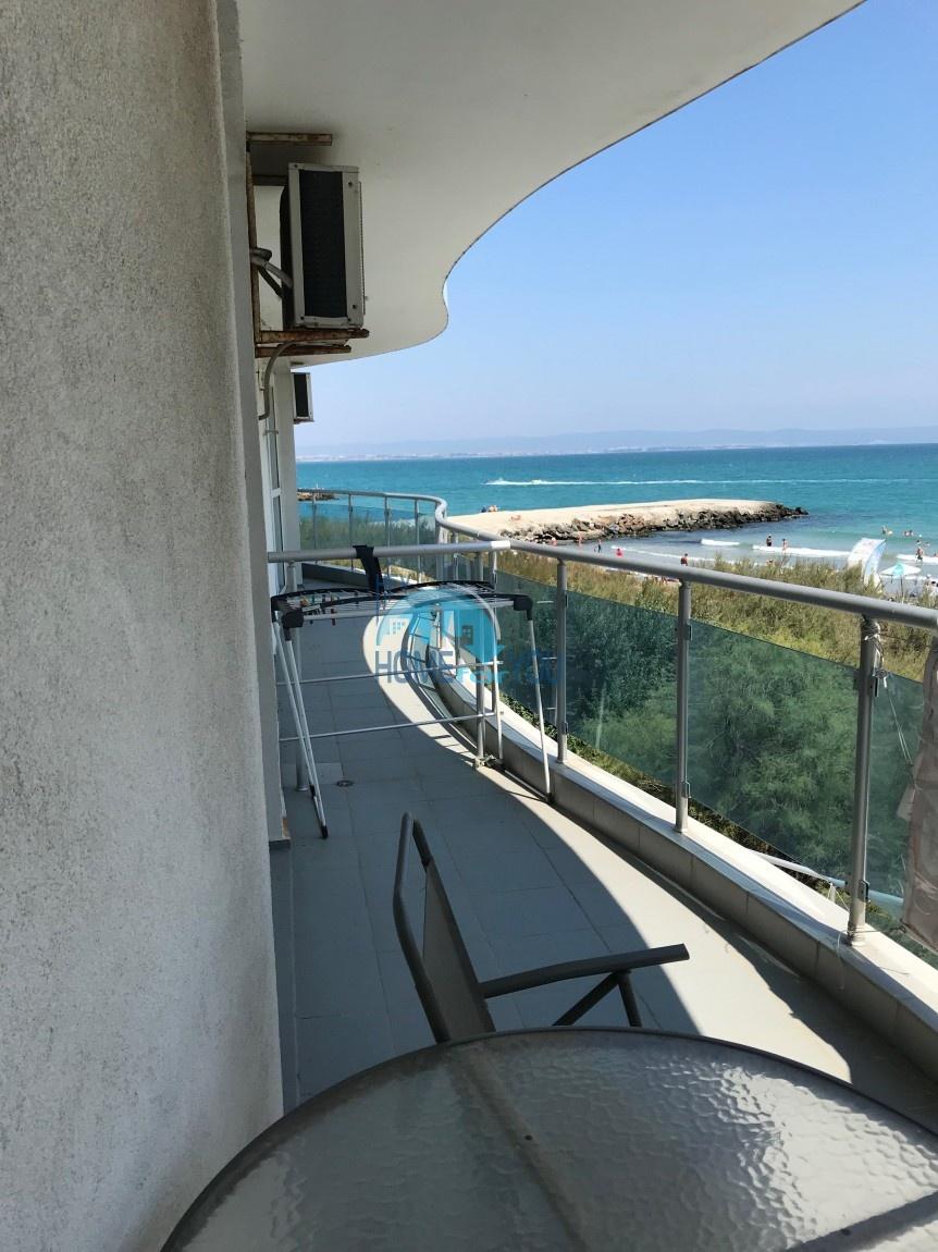 Первая линия. Отличная двухкомнатная квартира с видом на море в Поморие