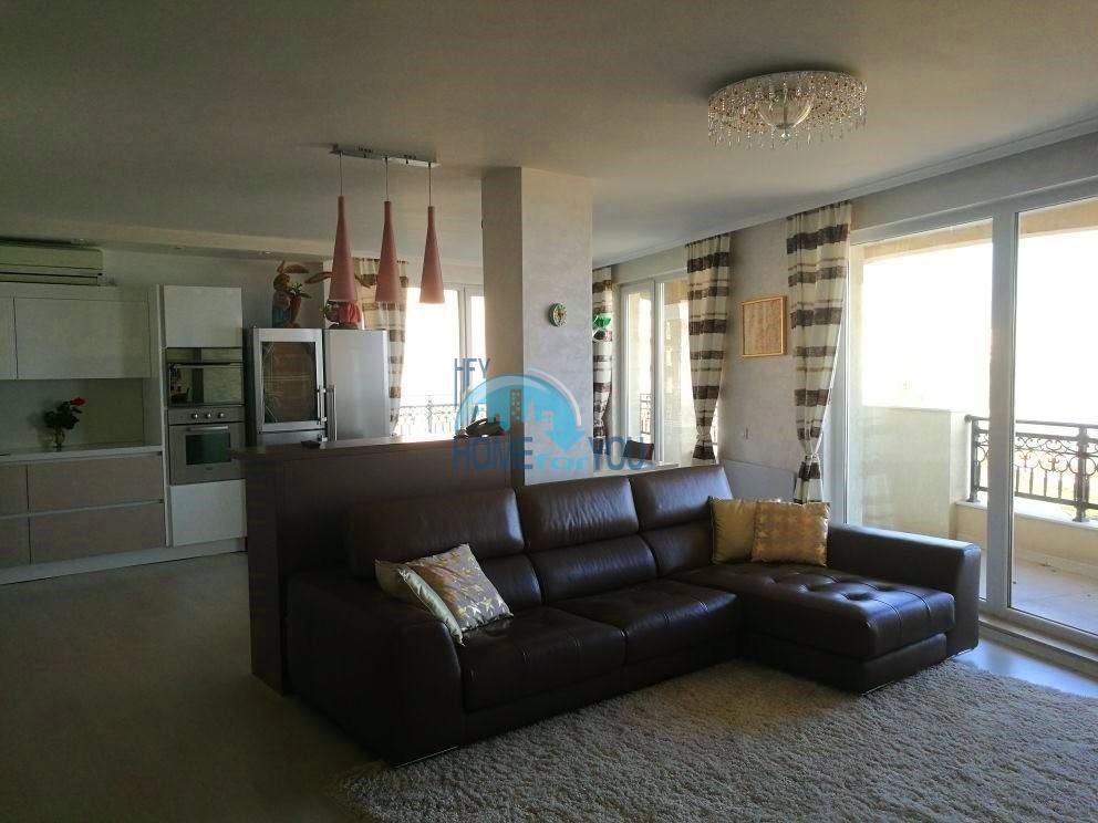 Шикарная многокомнатная квартира на первой линии моря в Поморие