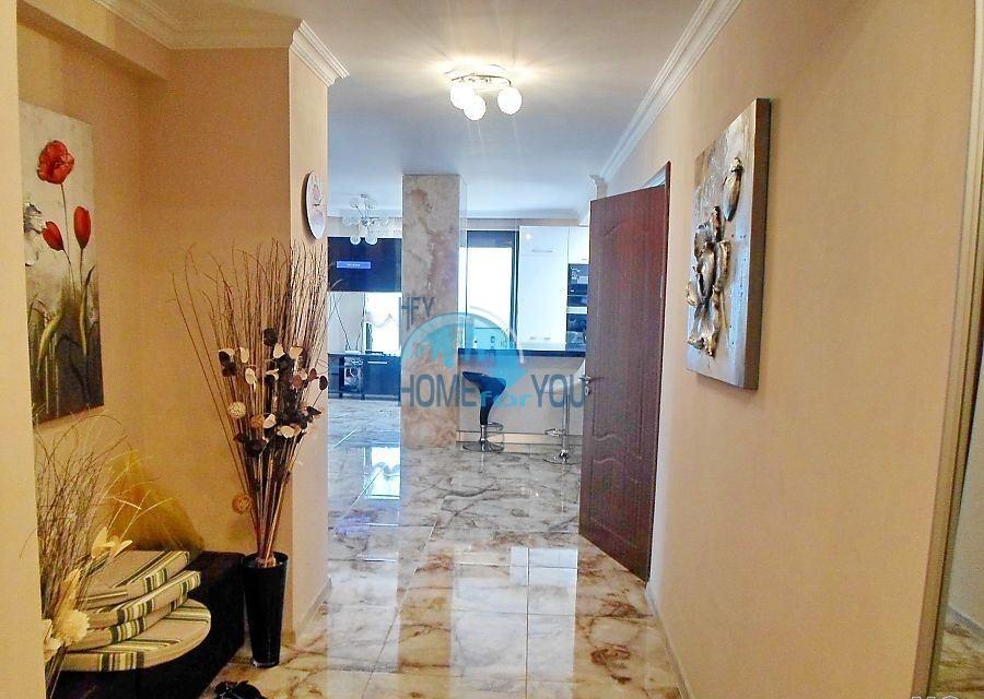 Трехкомнатная квартира в элитном доме на первой линии в Поморие