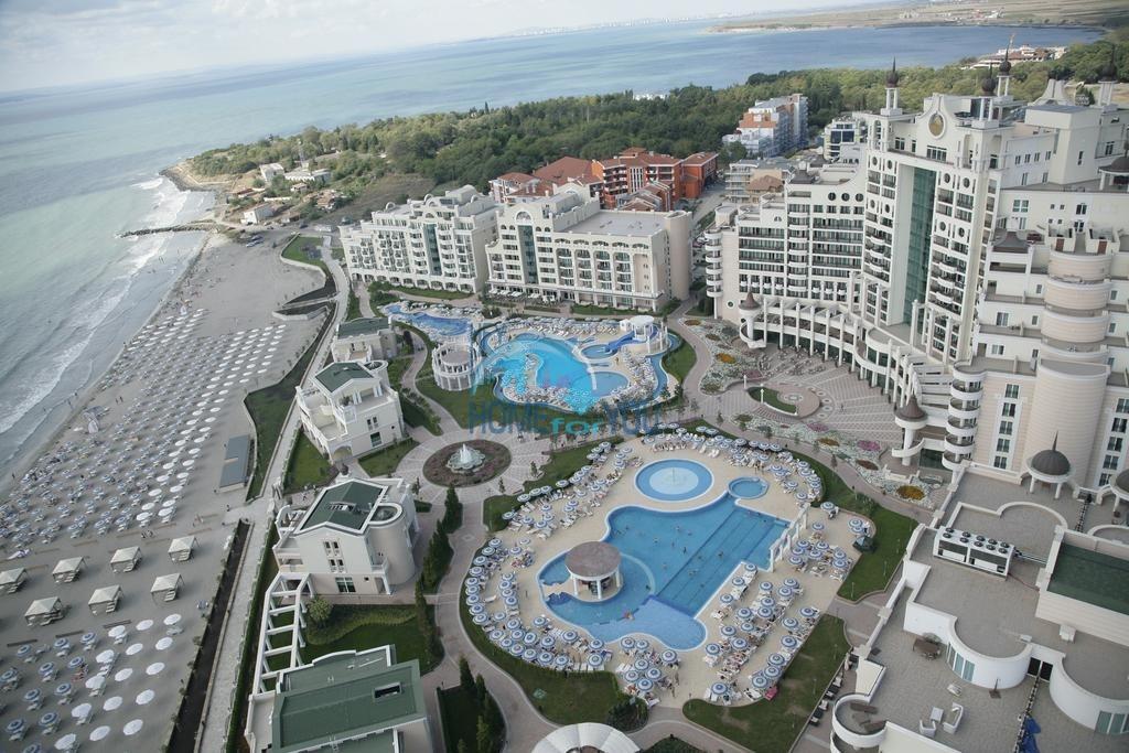 Трехкомнатная меблированная квартира с видом на море в элитном комплексе Sunset Resort, уютный городок Поморие