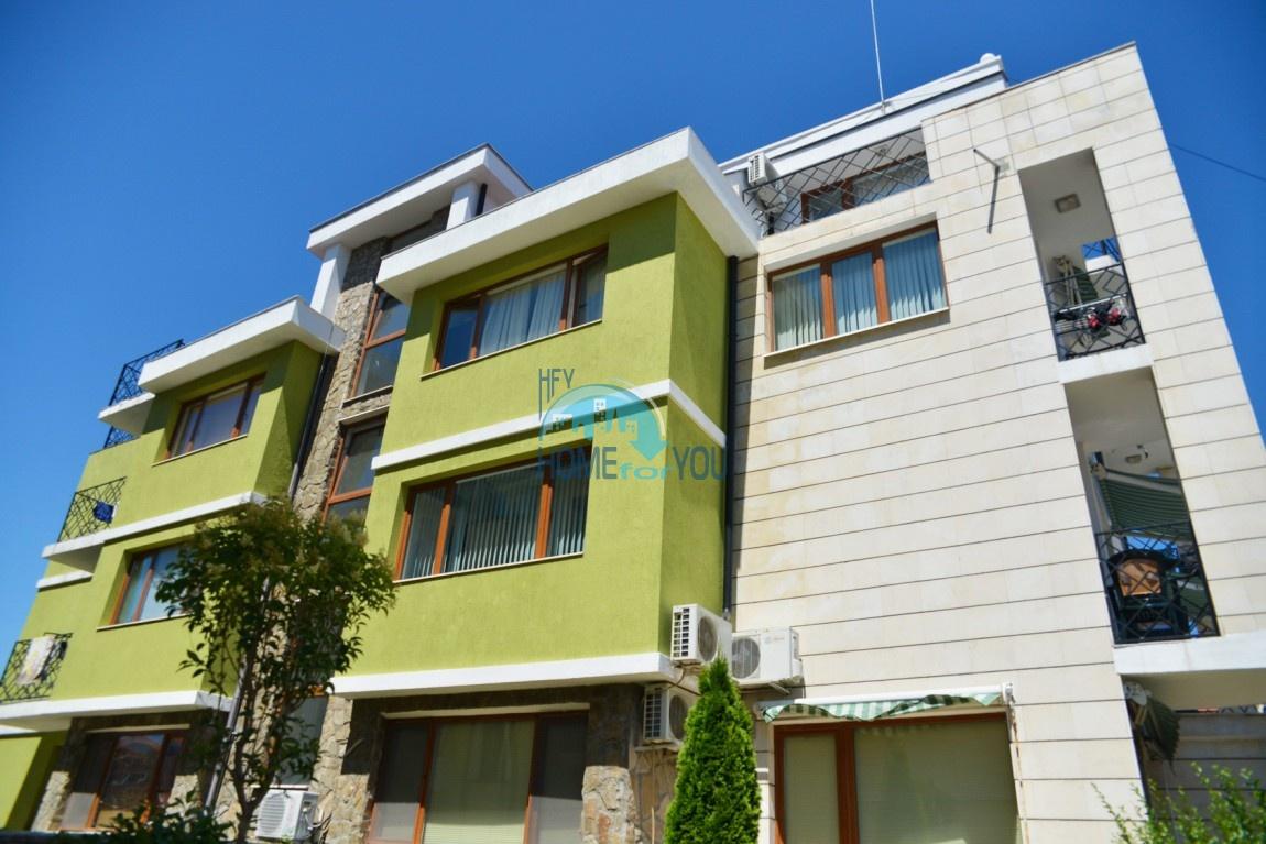 Большая трехкомнатная квартира на первой линии в Равде
