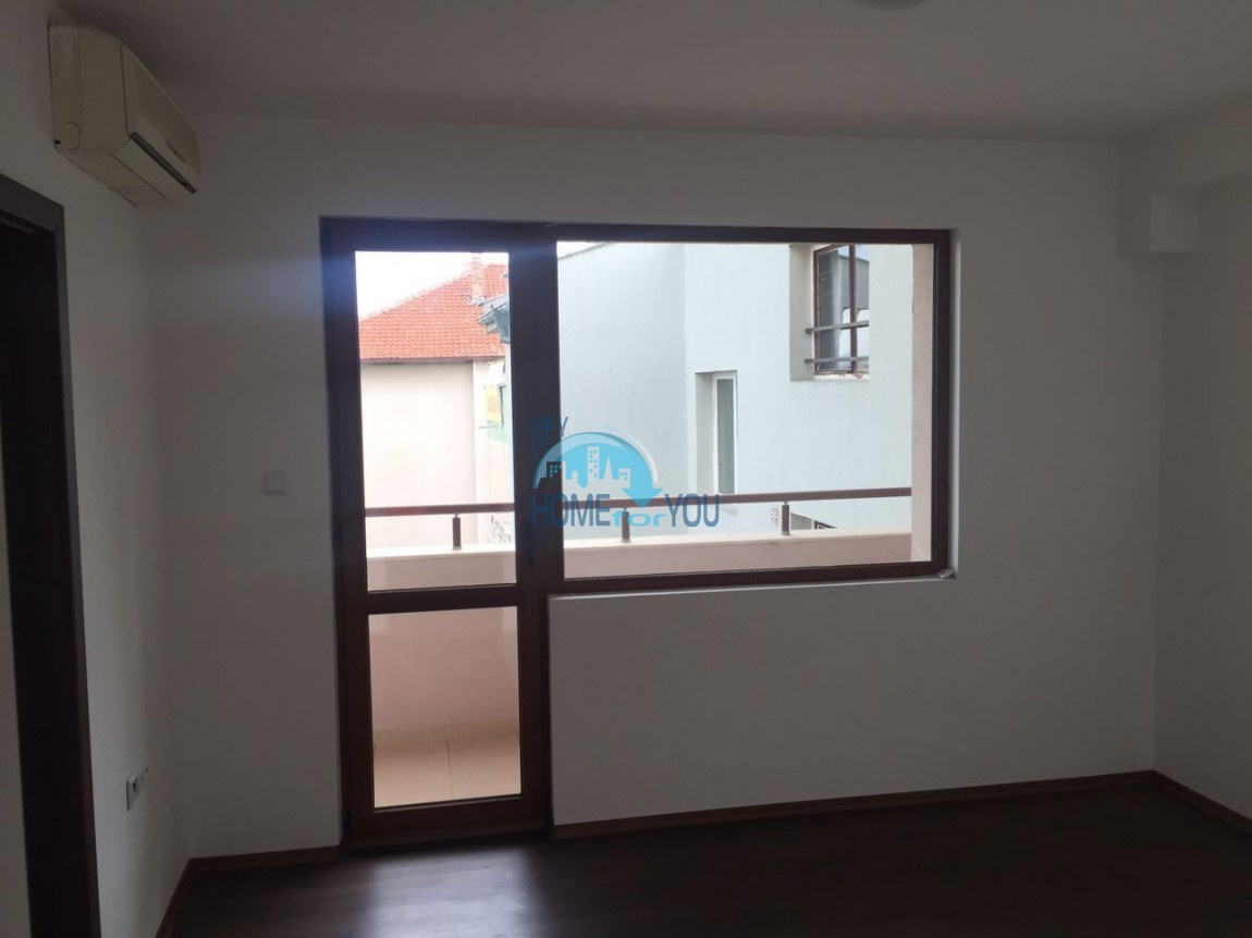 Двухкомнатная квартира с видом на море в жилом доме в Равде 5