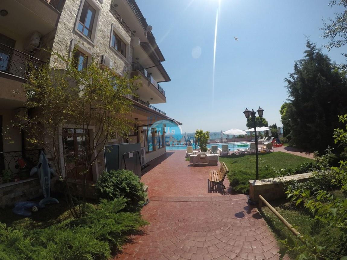 Меблированная двухкомнатная квартира на первой линии моря в Равде