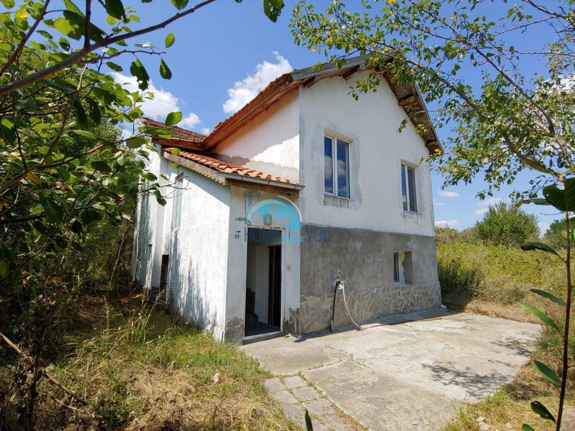 Двухэтажный, меблированный дом с двором в деревне недалеко от Бургаса