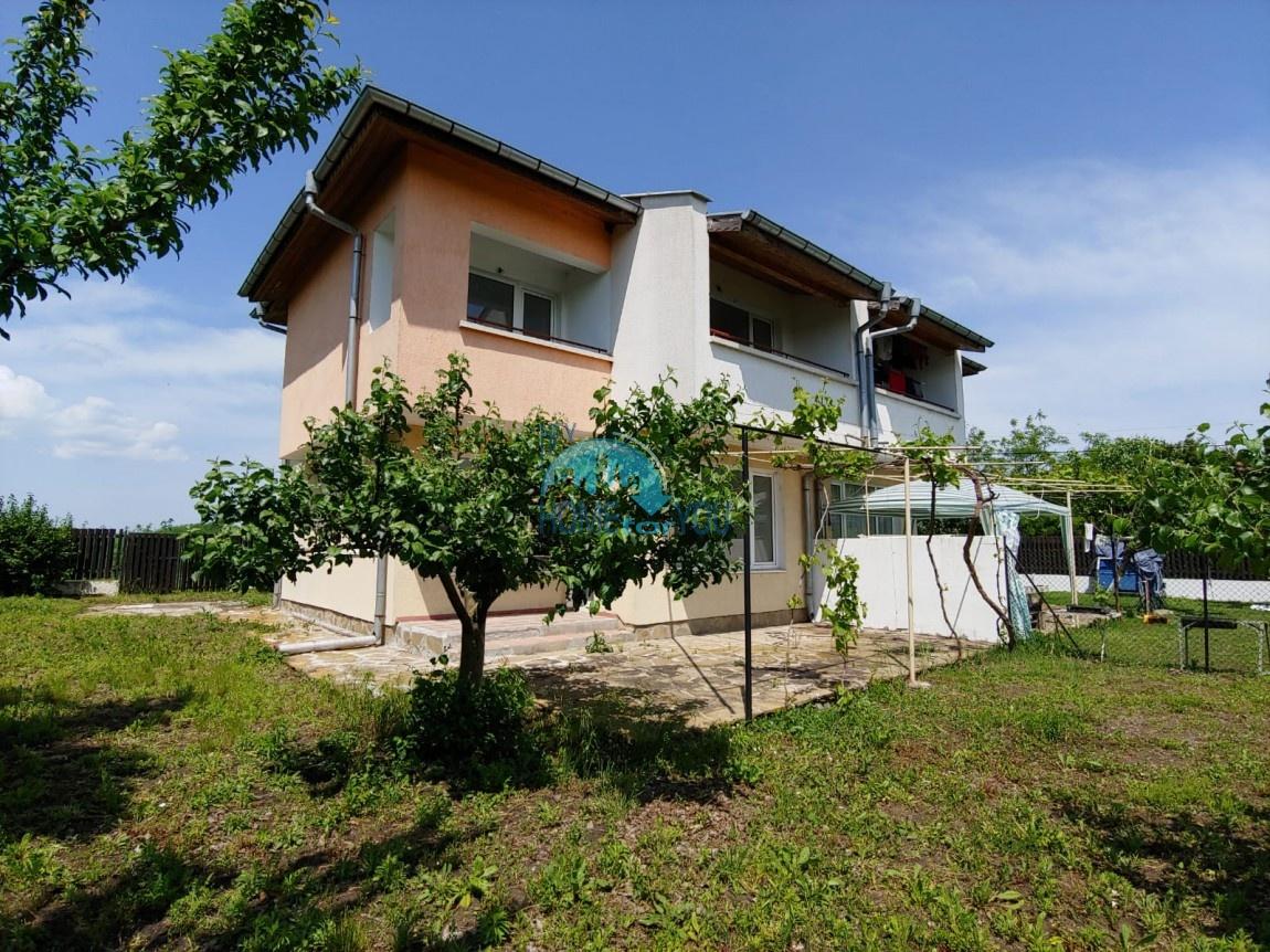 Большой двухэтажный дом с двором в поселке Полски извор, Бургас
