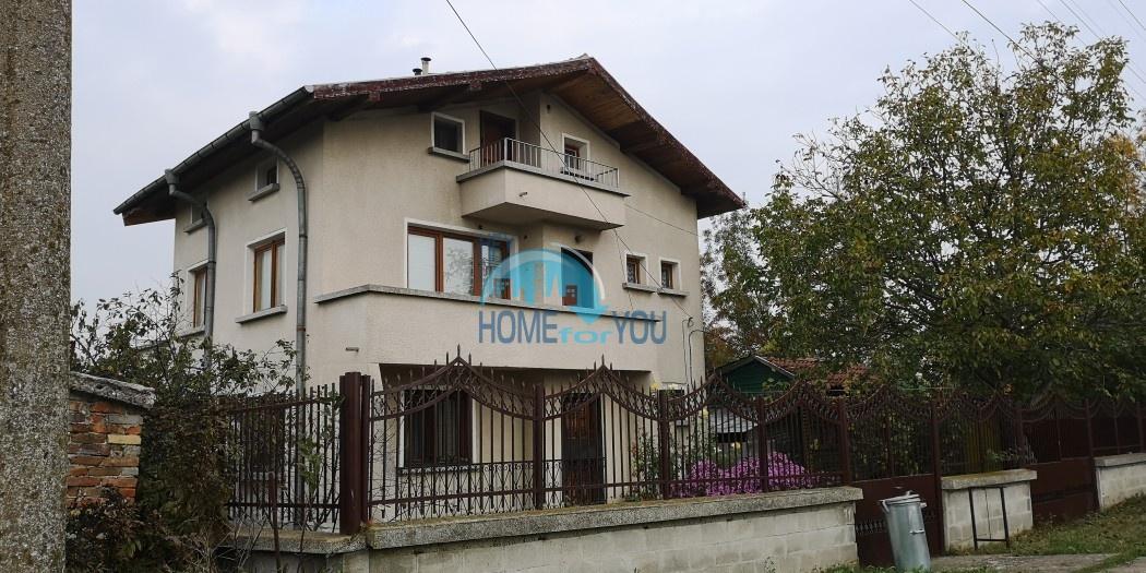 Большой трехэтажный дом с большим двором в деревне Трастиково