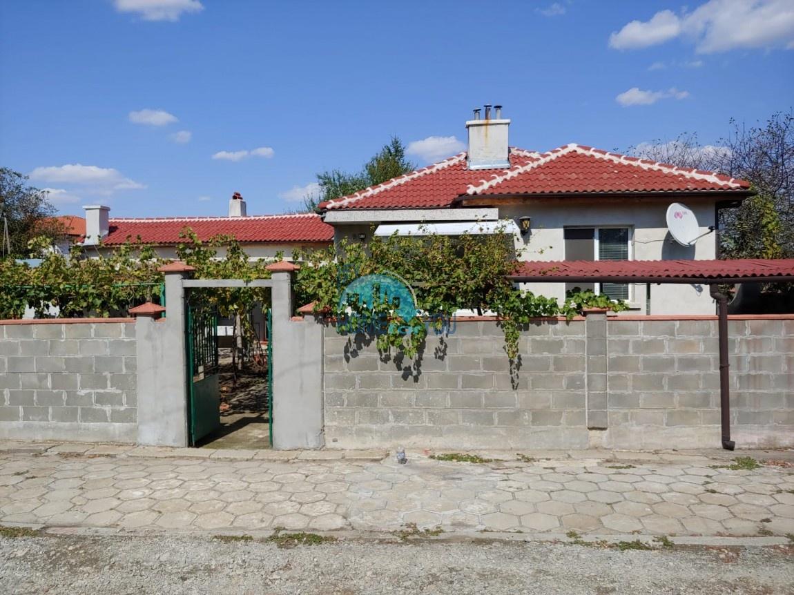Кирпичный, жилой дом с большим двором в деревне Трастиково, Бургас
