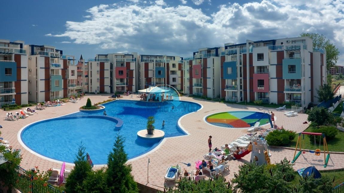 Меблированная двухкомнатная квартира у моря по выгодной цене в комплексе Sun City 3, популярный курорт Солнечный Берег