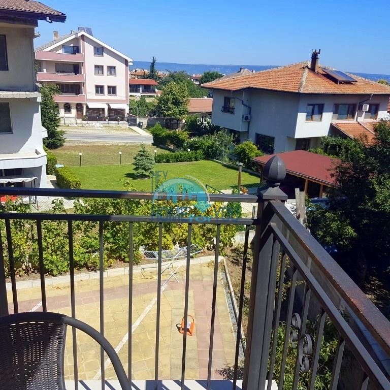 Меблированный двухкомнатный апартамент в новостройке с видом на море в кв. Галата, г. Варна. Плюс просторный (69 кв.м) гараж!