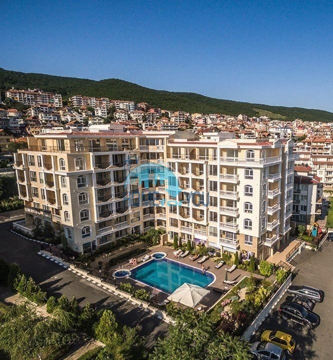 Приятная меблированная трехкомнатная квартира с видом на море в курорте Святой Влас - комплекс