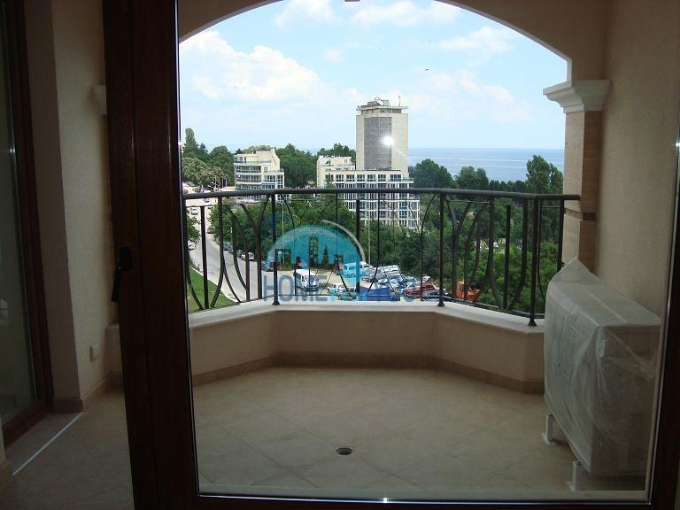 Большая двухкомнатная квартира с панорамным видом на море в Варне